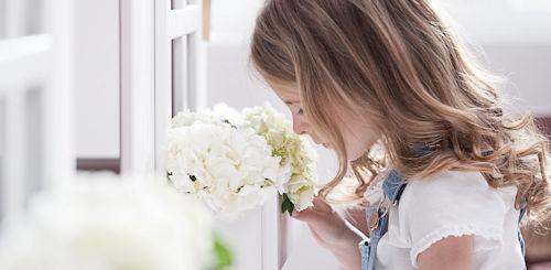 Flexa MyLittleHouse Mädchen riecht an Blumen