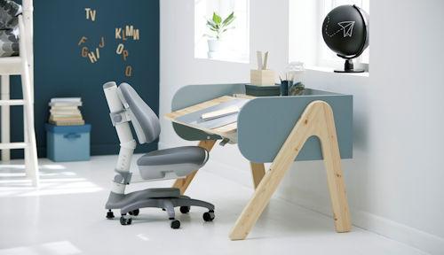 Kinderzimmer mit Schreibtisch und Schreibtischstuhl