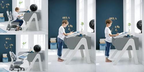 Kinderzimmer mit Schreibtischstuhl, Schreibtisch und Kind, sitzend und stehend